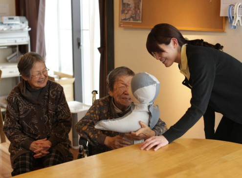 Dementia Study Shows Being Social Lessens Risks; Family, Peers Play Important Roles [VIDEO]