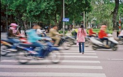 IN BUSY SETTINGS, SUCH AS CROSSING A ROAD, PEOPLE PAY MORE ATTENTION TO STIMULI THEY ASSOCIATE WITH DANGER.
